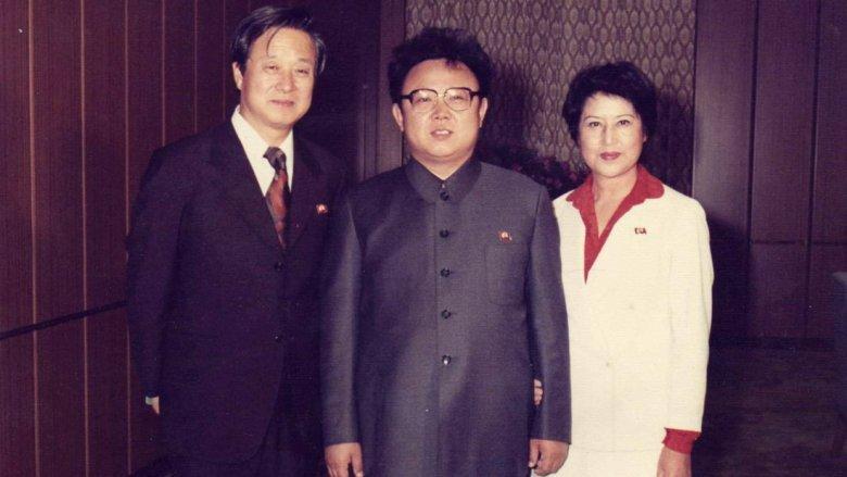 Kritika: Kim Dzsongil bemutatja – Raboljunk filmeseket!