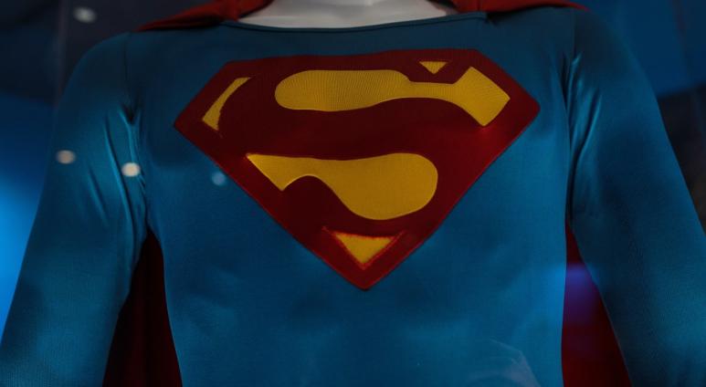 Meghalt Superman ruhájának megalkotója