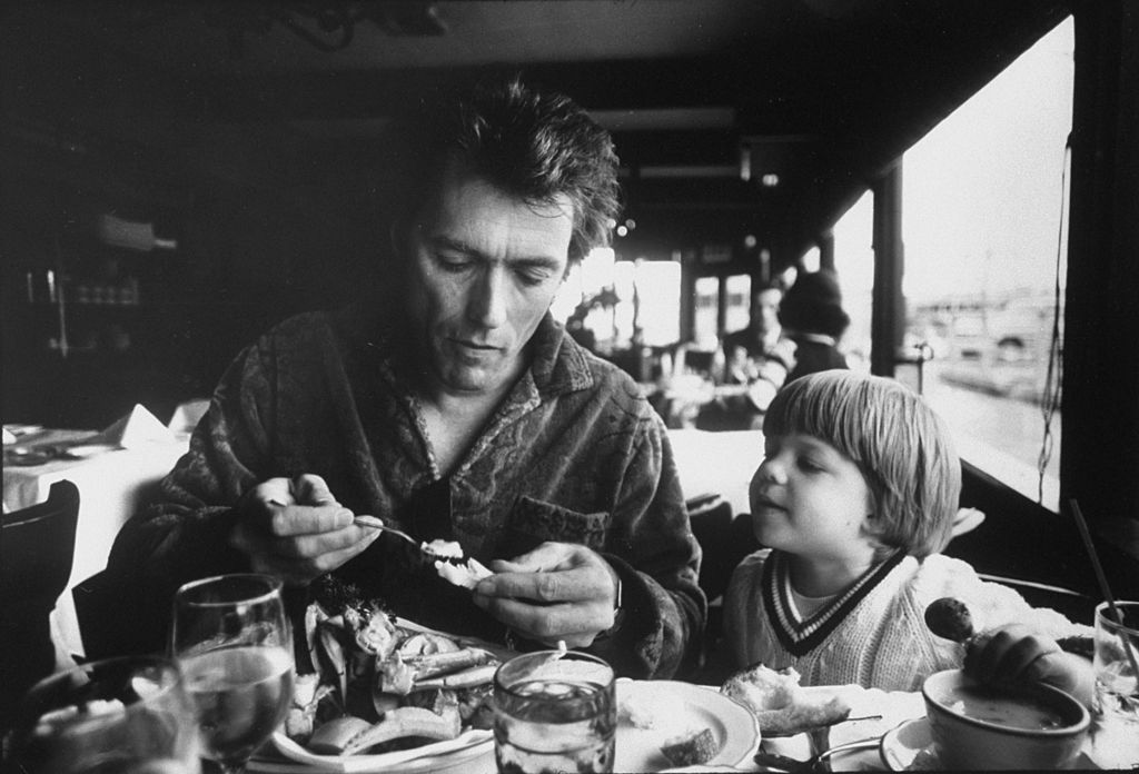 Watched by his three-year-old son Kyle, American actor Clint Eastwood eats a crab in a Fisherman's Wharf restuarant, San Francisco, California, 1971. Forrás: Bob Peterson/The LIFE Images Collection via Getty Images/Getty Images