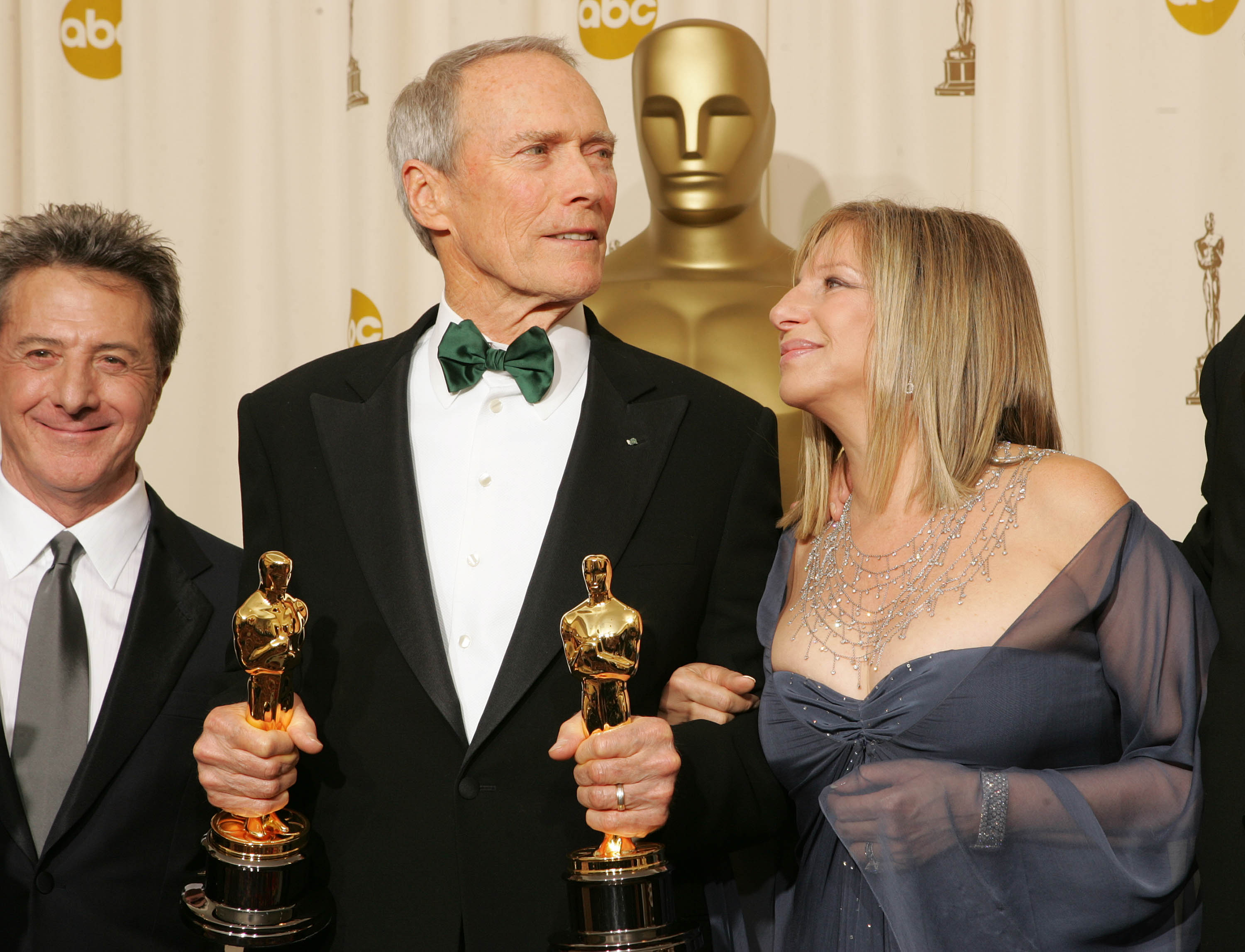 "Dustin Hoffman, Producer Clint Eastwood and Presenter Barbara Streisand pose with the award for Best Movie for ""Million Dollar Baby"" backstage during the 77th Annual Academy Awards on February 27, 2005 at the Kodak Theater in Hollywood,  Forrás: Frank Micelotta/Getty Images"