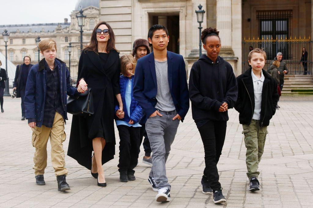 Angelina Jolie with her children Shiloh Pitt Jolie, Maddox Pitt Jolie, Vivienne Marcheline Pitt Jolie, Pax Thien Pitt Jolie, Zahara Marley Pitt Jolie, Knox Leon Pitt Jolie, visit the Louvre in Paris, France, on January 30, 2017. Forrás: Mehdi Taamallah/NurPhoto via Getty Images